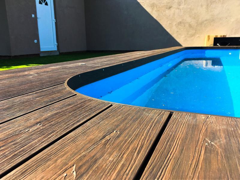 Végre itt a tavasz! Tervezze meg és válassza ki medencéje burkolatát a Co-extrudált teraszburkolat 3 különböző színű modellje közül!
