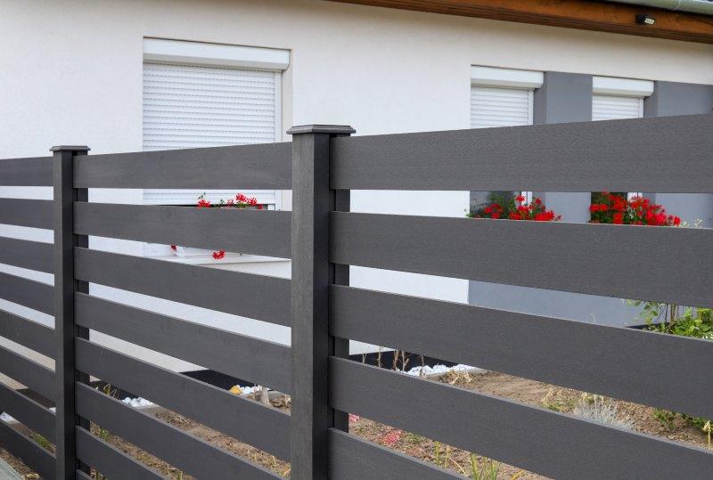 Otthona külső tereit, legyen az terasz, medence körüli burkolat vagy kerítésrendszer, ajánlott még a nyáron újjá varázsolni!